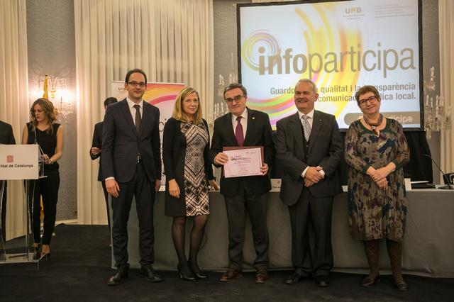 The mayor of Lleida, Angel Ros, receives the stamp Infoparticipa@ 2014 in recognition of the quality of transparency and public communication of Lleida City Council